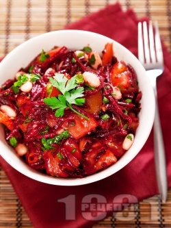 Салата с червено цвекло, домати и боб - снимка на рецептата